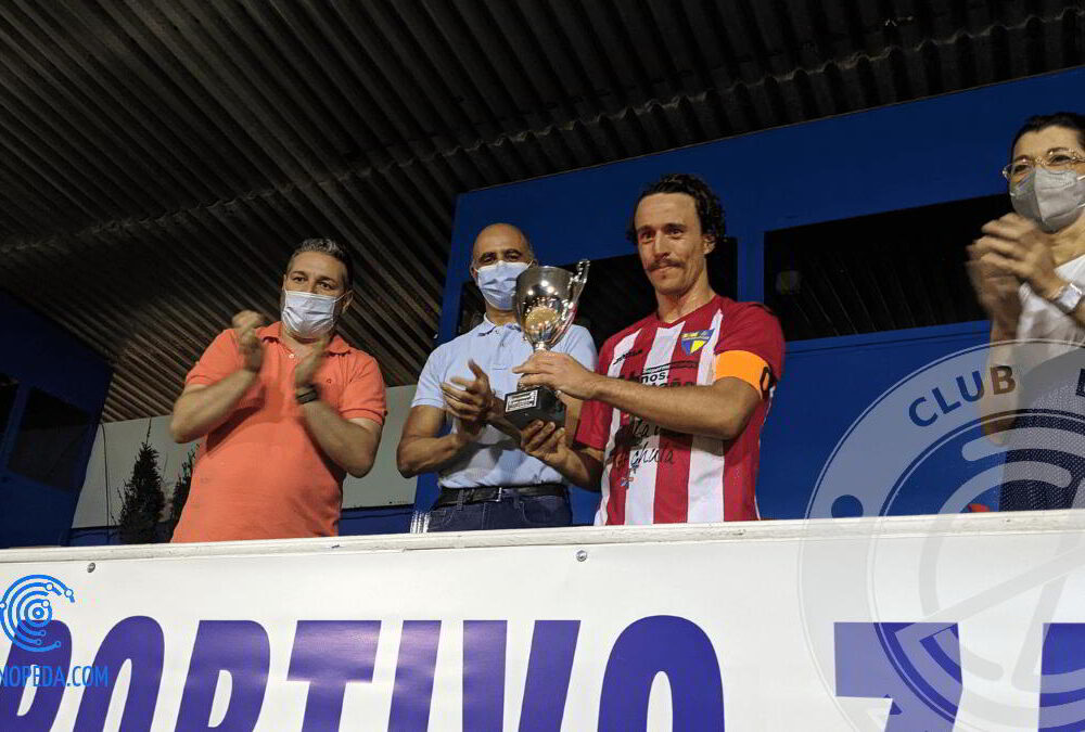 Capitán del SP Villafranca recoge el Trofeo